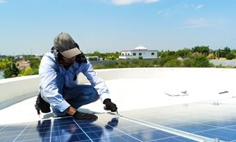 Bloomberg: afzet China daalt fors, dit jaar wereldwijd 121 gigawattpiek aan zonnepanelen geïnstalleerd