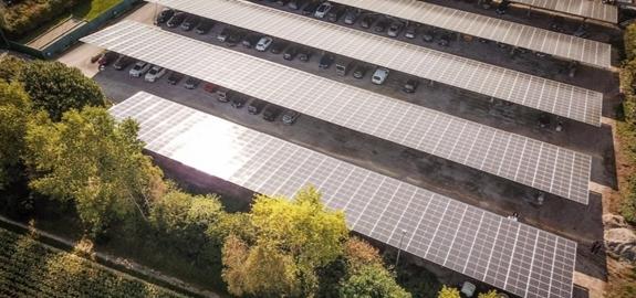 Carports voor 300 wagens met bifaciale zonnepanelen en waterrecuperatie in Westrozebeke: samenwerking tussen 3 spelers