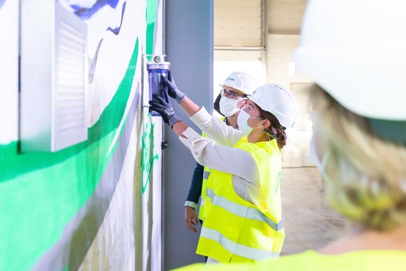 Vlaams Minister Hilde Crevits start samen met Vlaams Minister Zuhal Demir de bouw van een unieke recyclageoplossing in Genk.