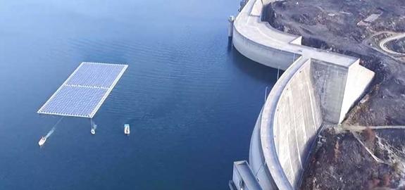 Het immense potentieel van drijvende zonnepanelen op dammen