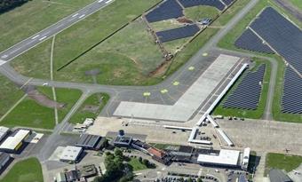 Eerste grote zonnepark op actieve luchthaven in Nederland geopend